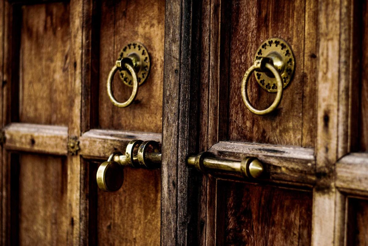 تعرف على أبرز أنواع الأبواب الخشبية المنزلية وأشكالها وميزاتها كماشة