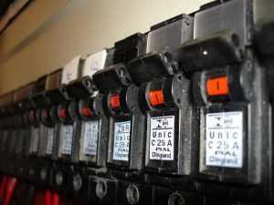القاطع الكهربائي مروحة المكيف الخارجية لا تعمل