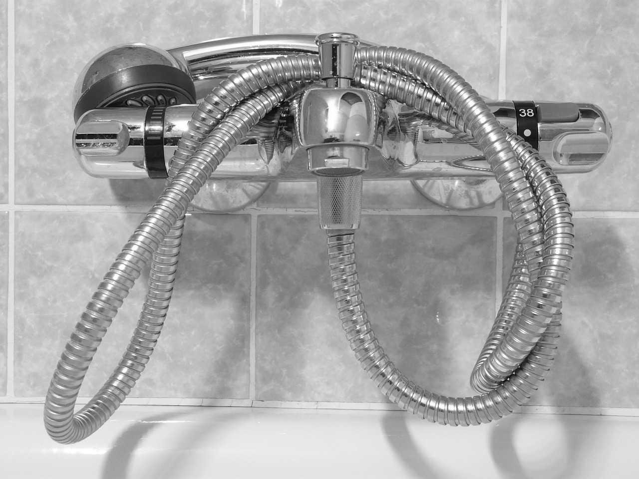 كيفية إصلاح تسريب مياه من خلاط الدش في الحمام بطريقة مضمونة كماشة
