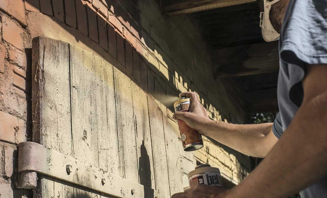 طريقة دهان الخشب بالرش البخاخ وماكينات الرش باحترافية كماشة