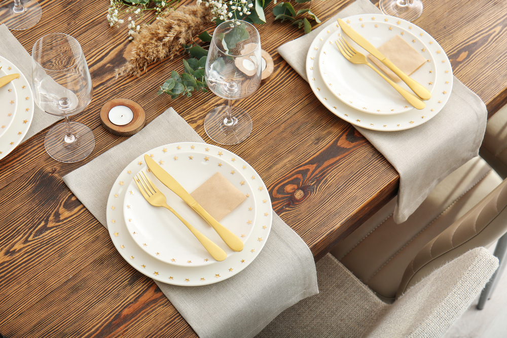 أفكار لترتيب طاولة الطعام للضيوف كماشة